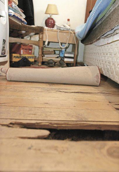 Se están reconstruyendo los pisos deteriorados por las termitas